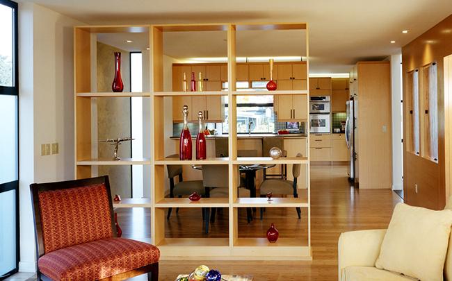 Зонирование кухни и гостиной, стеллаж