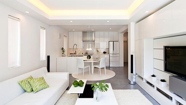 Зонирование кухни и гостиной, гостиная белая