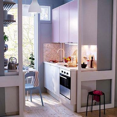 кухня в студии со стеклянными стенами